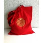 Punane riidest kott kuldse mandalaga