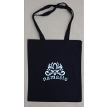 Must riidest kott Namaste